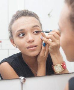 目の化粧をする女性