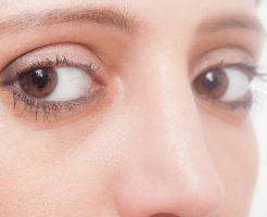 二重瞼クローズアップの女性
