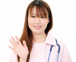 手を振る女性ドクター