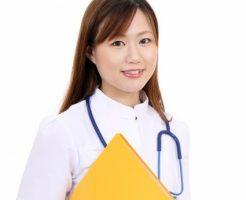 ファイルを持つ女性ドクター